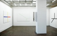 Ausstellungsansicht (von links nach rechts: rot gelb blau, Höhe Tiefe Breite, Ecke gebrannt, Dreizack)