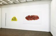 Ausstellungsansicht (Stab, Verkehrswolke, Mund)